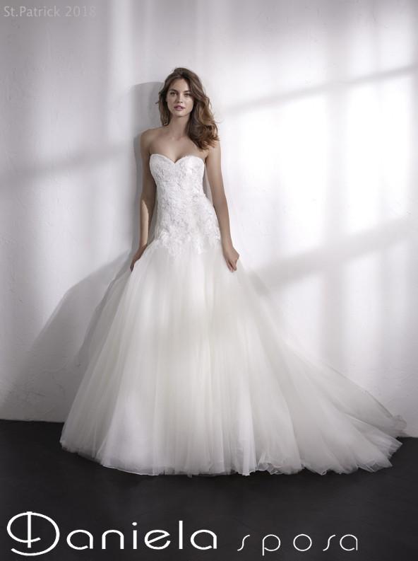 2d3e58f45537 Abiti da sposa da principessa con Swarovski e applicazioni. Tutta  l u0027attenzione è sul corpino
